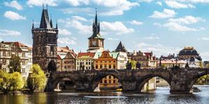 Hopp ikke over å se Karlsbroen i Praha